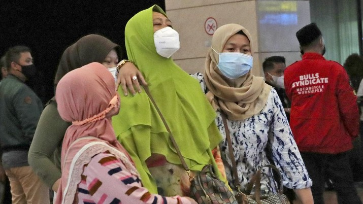 Kerabat penumpang menunggu laporan informasi keterangan Pesawat Sriwajaya Air di posko krisis Sriwijaya Air di Bandara Internasional Soekarno-Hatta di Tangerang, Indonesia, Sabtu, 9 Januari. , 2021.(AP Photo/Tatan Syuflana)