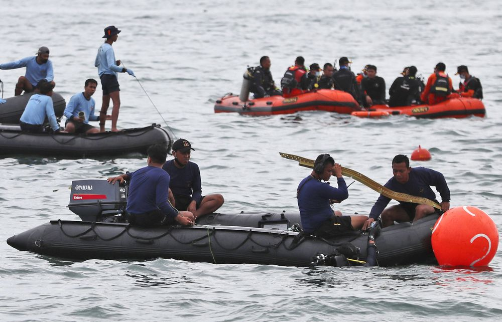 Penyelam Angkatan Laut Indonesia menemukan sebagian pesawat dari air selama operasi pencarian jet penumpang Sriwijaya Air yang jatuh ke laut dekat Jakarta, Indonesia, Minggu, 10 Januari 2021. (AP Photo/Achmad Ibrahim)