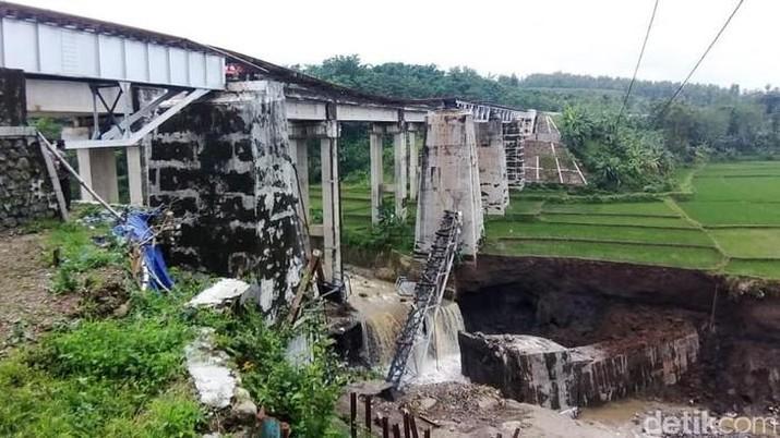 Jembatan kereta api (KA) di Dukuh Timbang Desa Tonjong, Kecamatan Tonjong, Kabupaten Brebes, Jawa Tengah, terputus akibat banjir bandang. (detikcom/Imam Suripto)