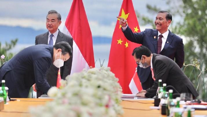 Menteri Koordinator (Menko) Bidang Kemaritiman dan Investasi Luhut Binsar Pandjaitan menerima kunjungan Menteri Luar Negeri China Wang Yi. (Dok. Kemenko Marves)