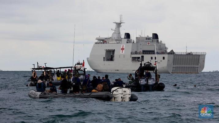 Pencarian Bangkai Pesawat Sriwijaya Air yang Jatuh di Wilayah Kepulauan Seribu, Jakarta (11/1/2021). (CNBC Indonesia/ Tri Susilo)