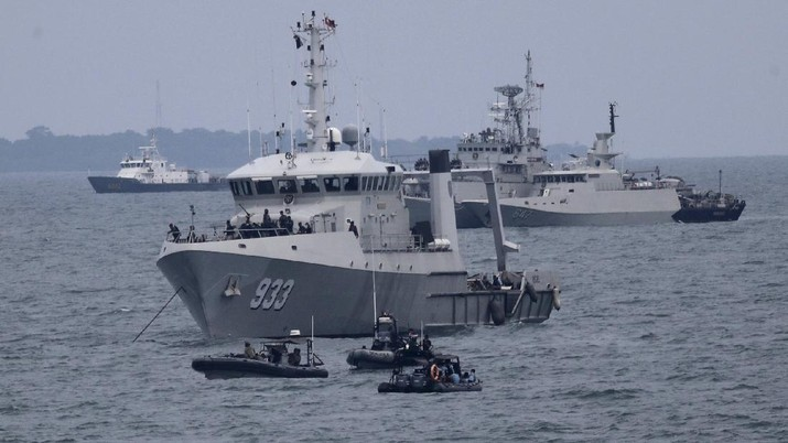 Indonesian Navy ships continue their search for the wreckage of Sriwijaya Air passenger jet that crashed into Java Sea near Jakarta, Indonesia, Monday, Jan. 11, 2021. Indonesian navy divers scoured the floor of the Java Sea on Monday as they hunted for the black boxes of a Sriwijaya Air jet that nosedived into the waters at high velocity with dozens of people aboard. (AP Photo/Tatan Syuflana)