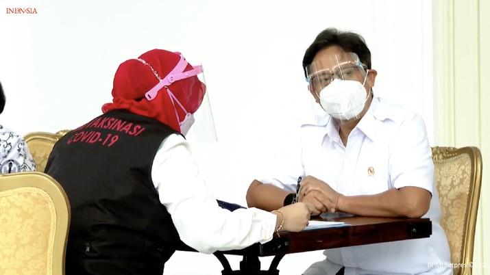 Menteri Kesehatan (Menkes), Budi Gunadi Sadikin menerima vaksinasi Covid-19 Perdana di Indonesia, 13 Januari 2021. (tangkapan Layar Youtube Sekretariat Presiden)