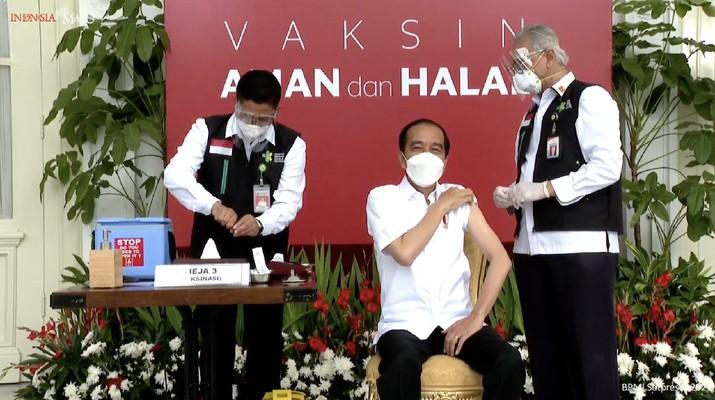 Presiden Joko Widodo menerima vaaksinasi Covid-19 Perdana di Indonesia, 13 Januari 2021. (tangkapan Layar Youtube Sekretariat Presiden)