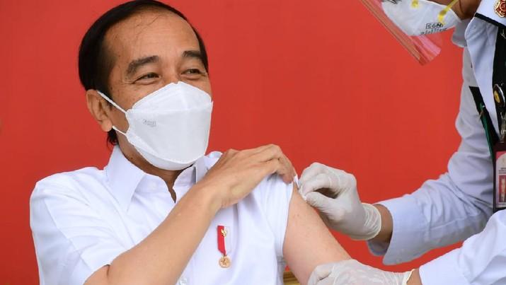 Presiden Joko Widodo menerima vaksinasi Covid-19 Perdana di Indonesia, 13 Januari 2021. (Biro Pers Sekretariat Presiden/Muchlis Jr )