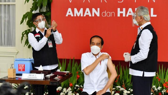 Presiden Joko Widodo menerima vaksinasi Covid-19 Perdana di Indonesia, 13 Januari 2021. (Dok Agus Suparto)