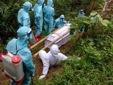 Cerita Satgas Jalan Jauh & Nyebur Sungai Demi Makamkan Pasien