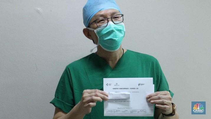 Petugas medis menyuntikan vaksin Covid-19 Sinovac kepada tenaga medis di Rumah Sakit Siloam, Jakarta (14/1/2021). Vaksinasi tahap awal akan menargetkan 1,48 juta Nakes yang di jadwalkan berlangsung Januari 2021. (CNBC Indonesia/Tri Susilo)