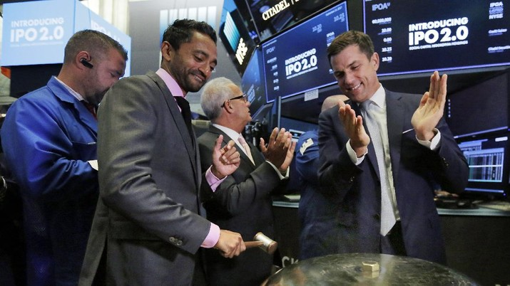 Social Capital Hedosophia Holdings Corp. CEO, Founder and Chairman Chamath Palihapitiya, left, is applauded by New York Stock Exchange president Tom Farley as he rings a ceremonial bell when his company's stock begins trading on the floor of the New York Stock Exchange, Thursday, Sept. 14, 2017. (AP Photo/Richard Drew)