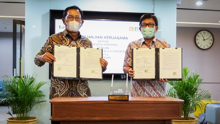 Direktur Hubungan Kelembagaan BNI Sis Apik Wijayanto (kiri) dan Direktur Keuangan Taspen Patar Sitanggang (kanan) menandatangani Perjanjian Kerjasama Kustodian di Jakarta, (15 Januari 2021). BNI mendapatkan kepercayaan menjadi pemberi jasa kustodian untuk mengelola asset-aset Taspen. Asset Under Custody (AUC) BNI per bulan Desember 2020 mencapai Rp 270,5 triliun dengan total nasabah mencapai lebih dari 200 institusi. 9Dok. BNI)