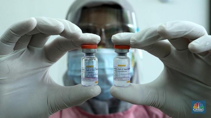 Petugas kesehatan menyuntikan vaksin Covid-19 Sinovac ke tenaga kesehatan di Puskesmas Kecamatan Kebayoran Lama, Jumat (15/1/2021). Vaksinasi kepada para tenaga kesehatan tersebut sebagai upaya penanggulangan pandami Covid-19. (CNBC Indonesia/Tri Susilo)