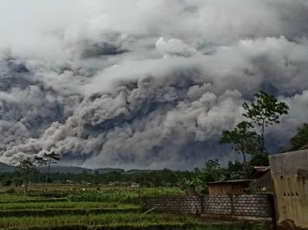 Gunung Semeru Meletus Lagi Waspadai Potensi Bahayanya