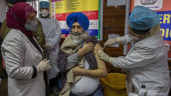 A hospital staff receives a COVID-19 vaccine at a government Hospital in Srinagar, Indian controlled Kashmir, Saturday, Jan. 16, 2021. India started inoculating health workers Saturday in what is likely the world's largest COVID-19 vaccination campaign, joining the ranks of wealthier nations where the effort is already well underway. (AP Photo/ Dar Yasin)
