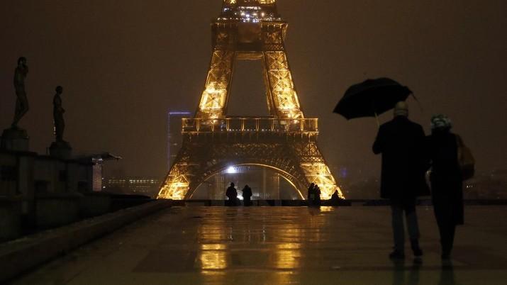 Ilustrasi jam malam di Prancis. AP/Christophe Ena
