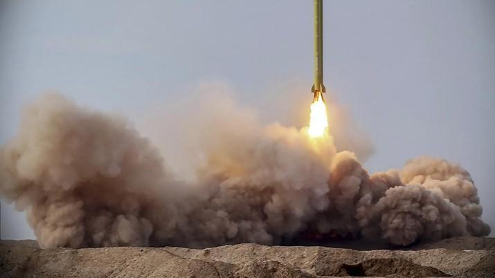Iran kembali luncurkan rudal balistik dalam latihan militer. (Iranian Revolutionary Guard/Sepahnews via AP)