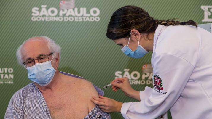 Brasil akhirnya menyetujui penggunaan darurat vaksin corona China Sinovac Biotech Ltd. (AP/Carla Carniel)