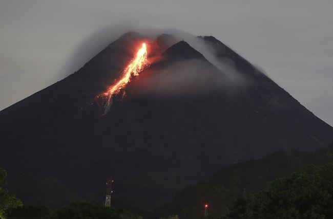 Pasca Semeru Merapi Gunung Raung Ikut Erupsi