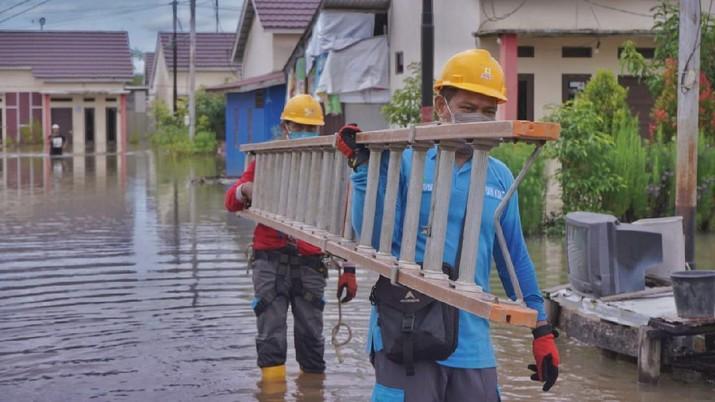PLN pulihkan gardu listrik terdampak banjir di kalsel. Dok: PLN