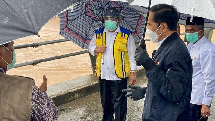 Presiden Joko Widodo meninjau sungai Martapura dari jembatan Pakauman yang berada di Kecamatan Martapura Timur, Kabupaten Banjar, Provinsi Kalimantan Selatan. (Dok: Biro Pers - Sekretariat Presiden)