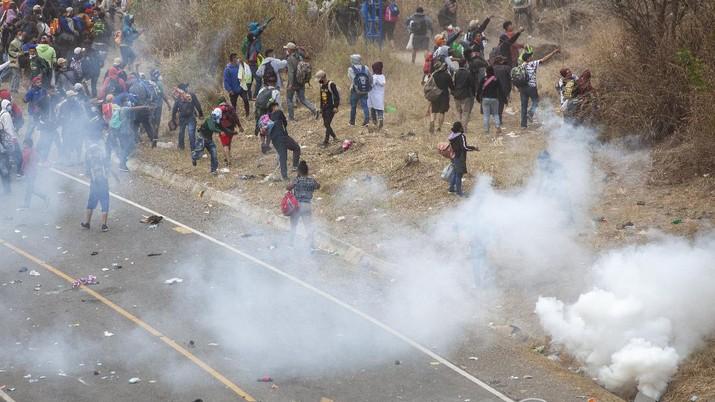 Ribuan migran honduras nekat migrasi ke AS. (AP/Sandra Sebastian)
