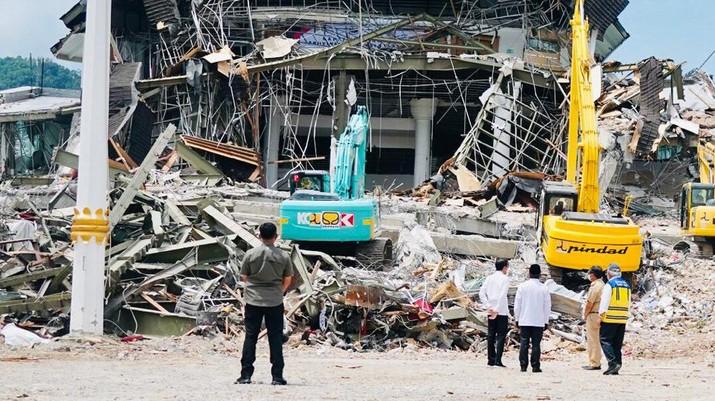 Presiden Joko Widodo meninjau Kantor Gubernur Sulawesi Barat yang mengalami kerusakan karena gempa di Mamuju, Provinsi Sulawesi Barat. (Dok: Biro Pers Sekretariat Presiden)