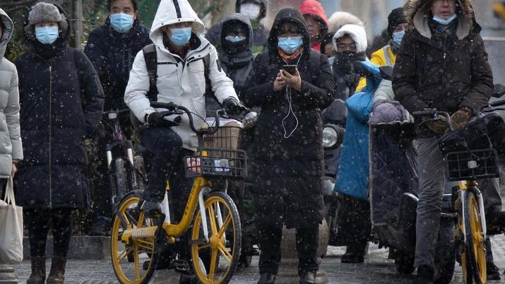 Warga China beraktifitas seperti biasa dtengah lonjakan virus Covid-19. (AP/Andy Wong)