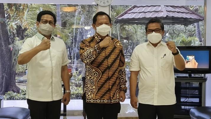 Bertempat di RSPAD Gatot Subroto, Jakarta telah melaksanakan vaksinasi Covid-19 yang pertama. Kegiatan dilakukan bersama an dengan Mendagri Bpk Tito Karnivan dan Menteri Desa/PDTT Bpk Halim Iskandar. (Dok: @alue_dohong)