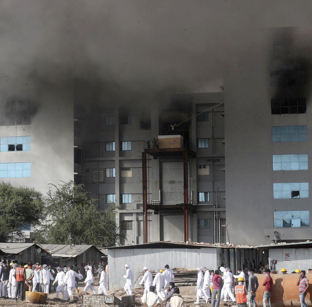 Kebakaran di Institut Serum India, pembuat vaksin terbesar di dunia. (AP/Rafiq Maqbool)