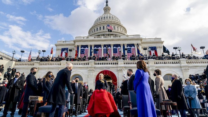 Lady Gaga menyanyikan lagu kebangsaan Amerika Serikat pada pelantikan Joe Biden sebagai Presiden AS ke-46 di Gedung Capitol, Washington DC, Rabu (20/1/2021). (AP/Andrew Harnik)