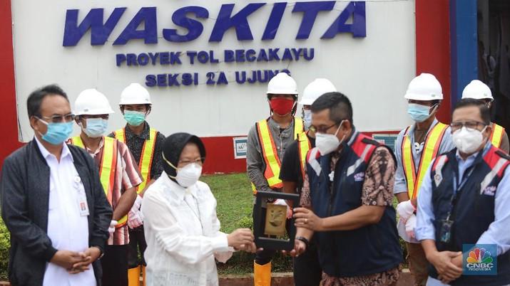 Menteri Sosial Tri Rismahari mempekerjakan lima belas orang mantan Pemulung di kantor Waskita proyek Tol Becakayu, Jakarta, Kamis (21/1/2021). (CNBC Indonesia/Andrean Kristianto)
