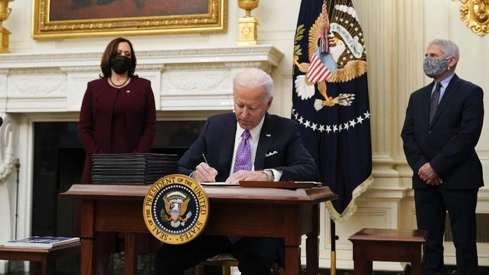 Joe Biden berkantor di Gedung Putih. (AP/Alex Brandon)