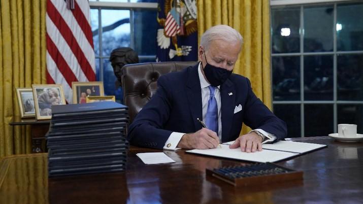Joe Biden berkantor di Gedung Putih. (AP/Evan Vucci)