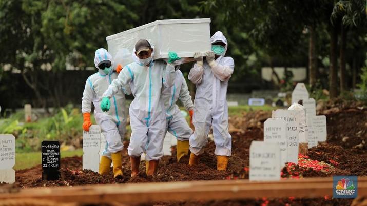 Pemakaman Covid di TPU Bambu Apus. (CNBC Indonesia/Andrean Kristianto)