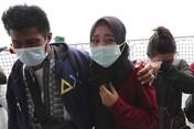 Potret Sedih Tabur Bunga Keluarga Korban Kecelakaan SJ 182