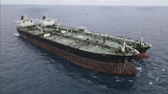 Dua kapal tanker berbendera Iran dan Panama yang diamankan Bakamla di perairan Pontianak, Kalimantan Barat. (AP/Indonesian Maritime Security Agency)