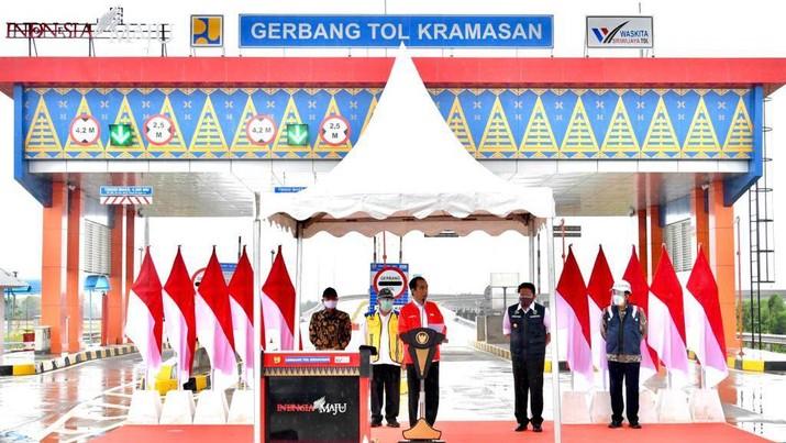 Jokowi meresmikan jalan tol Kayu Agung-Palembang, Ogan Ilir, Selasa (26/1/2021). (Dok: Laily Rachev - Biro Pers Sekretariat Presiden)