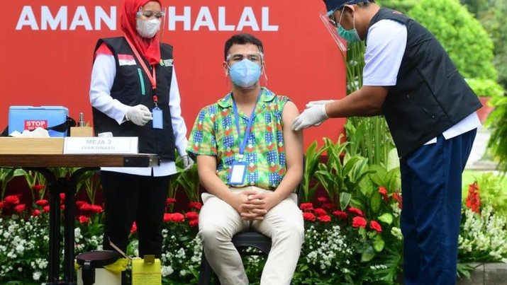 Raffi Ahmad saat disuntik vaksin Covid-19 perdana di Istana Negara, Rabu (13/1/2021). (Dok: Muchlis Jr - Biro Pers Sekretariat Presiden)