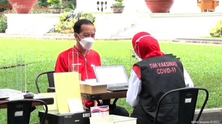 Presiden Joko Widodo merima Vaksinasi COVID-19 Tahap Kedua di Istana Kepresidenan Jakarta, Rabu, 27 Januari 2021. (Tangkapan Layar Youtube Sekretariat Presiden)