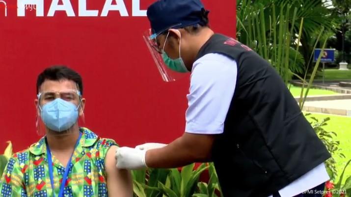 Raffi Ahmad merima Vaksinasi COVID-19 Tahap Kedua di Istana Kepresidenan Jakarta, Rabu, 27 Januari 2021. (Tangkapan Layar Youtube Sekretariat Presiden)