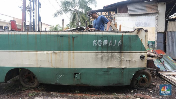 Ilustrasi bangkai Kopaja di kawasan Meruya, Jakarta Barat. (CNBC Indonesia/Andrean Kristianto)