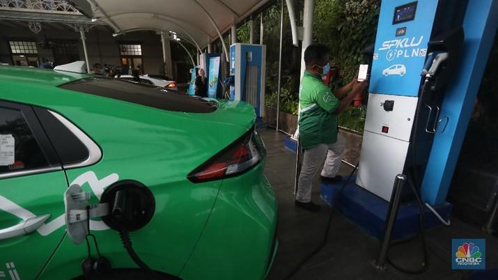 Aplikasi pengisian kendaraan listrik di SPKLU. (CNBC Indonesia/Andrean Kristianto)