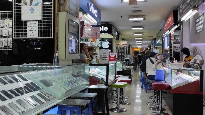 Penjual gawai di ITC Kuningan. (CNBC Indonesia/Andrean Kristianto)