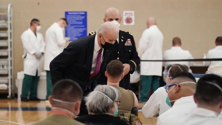 Presiden AS Joe Biden (kiri) mengunjungi pusat vaksin COVID-19 di Pusat Medis Militer Nasional Walter Reed, di Bethesda, Maryland, AS, Jumat (29/12021). (AP/Alex Brandon)
