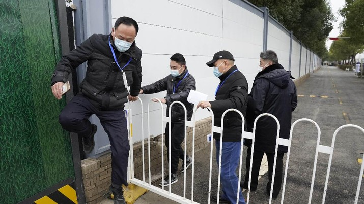 Usai jalani karantina, tim peneliti WHO mulai selidiki asal-usul Covid-19. (AP/Ng Han Guan)