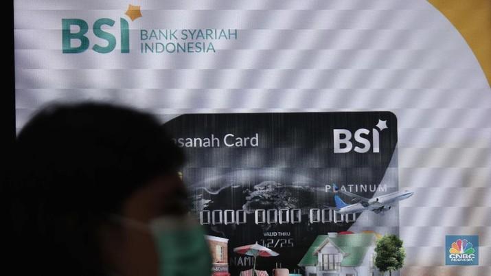 Suasana pelayanan kantor cabang Bank Syariah Indonesia, Jakarta Senin (1/2). PT Bank Syariah Indonesia Tbk (BSI/BRIS) resmi beroperasi. Direktur Utama BRIS Hery Gunardi menjelaskan bahwa integrasi ketiga bank BRIsyariah, BNI Syariah dan BSM telah dilaksanakan sejak Maret 2020 atau memakan waktu selama 11 bulan.