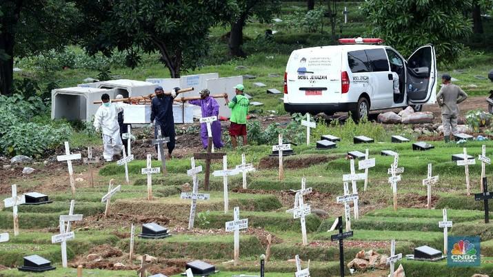 Unit Kristen TPU Tegal Alur, Jakarta Barat masih melayani pemakaman jenazah pasien Covid-19, Senin (1/2/2021). Sisah lahan yang tersedia untuk jenazah pasien Covid-19 di unit Kristen sudah sangat terbatas. (CNBC Indonesia/Tri Susilo)  Administrator unit Kristen TPU Tegal Alur Haris Fadillah menjelaskan