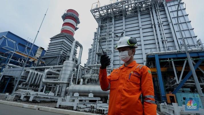 Pekerja beraktifitas di area pembangkit listrik tenaga Gas dan Uap Jawa 2 di (PLTGU) Tanjung Priok, Jakarta, Rabu (3/2/2021). Guna memenuhi kebutuhan energi listrik nasional, PLN berupaya meningkatkan penggunaan energi bersih dan ramah lingkungan. (CNBC Indonesia/Tri Susilo)