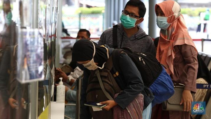 Para penumpang kereta api jarak jauh mengikuti pengambilan sempel nafas GeNose C19 di Stasiun Pasar Senen, Jakarta (4/2/2021). Calon penumpang diminta untuk mengambil nafas melalui hidung dan membuangnya melalui mulut sebanyak tiga kali. (CNBC Indonesia/ Tri Susilo)