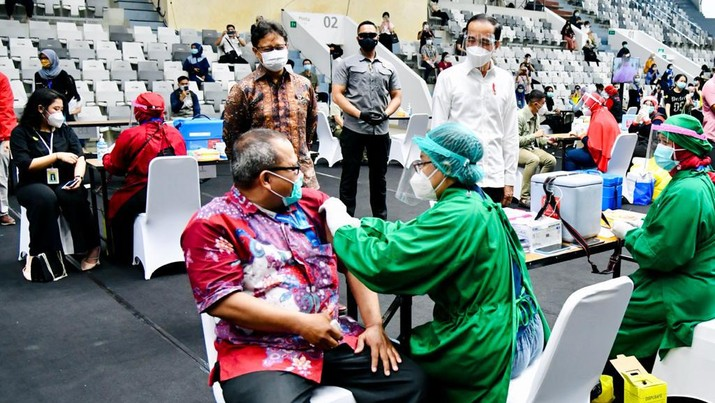 Presiden Joko Widodo meninjau vaksinasi massal covid-19 di Istora Senayan. (Biro Pers Sekretariat Presiden/ Laily Rachev)