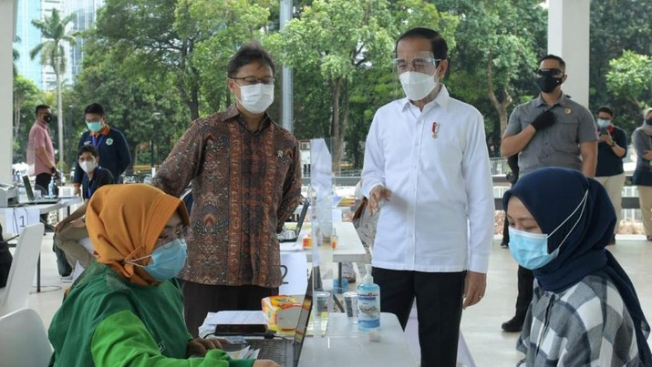 Presiden Joko Widodo meninjau vaksinasi massal covid-19 di Istora Senayan. (Biro Pers Sekretariat Presiden/ Kris)